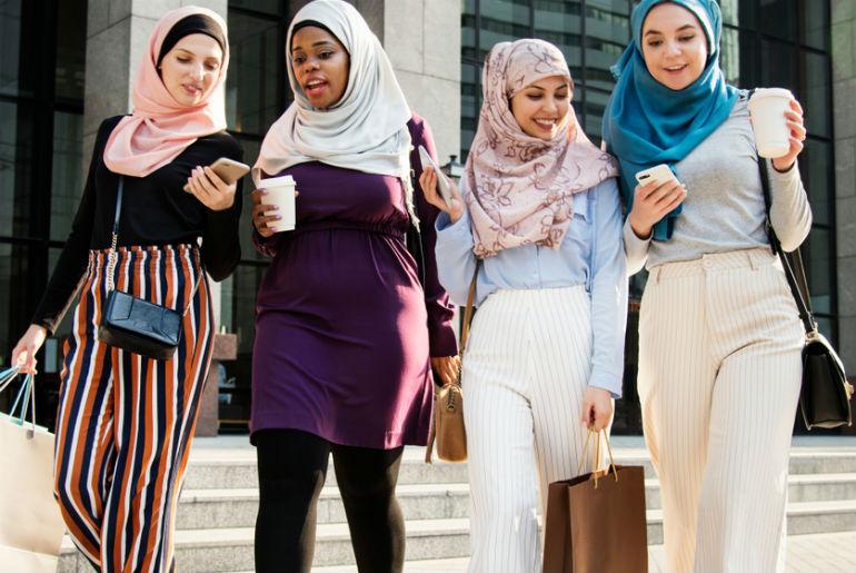 Four girls in Dubai with shopping bag
